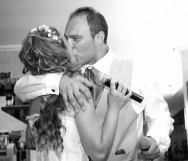 fotografia di matrimonio bacio degli sposi al ristorante volo a vela