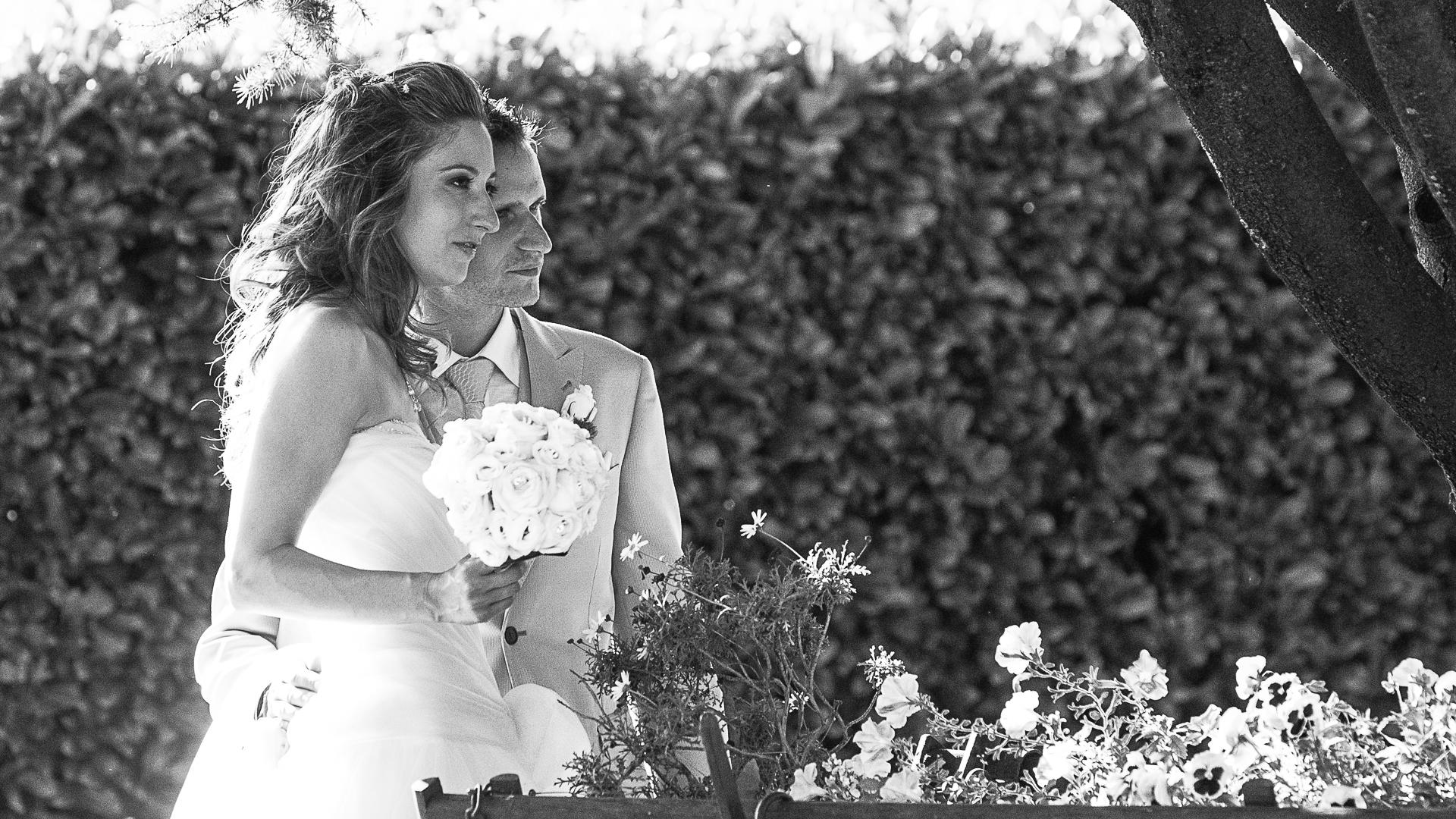 La sposa e lo sposo guardano l'infinito