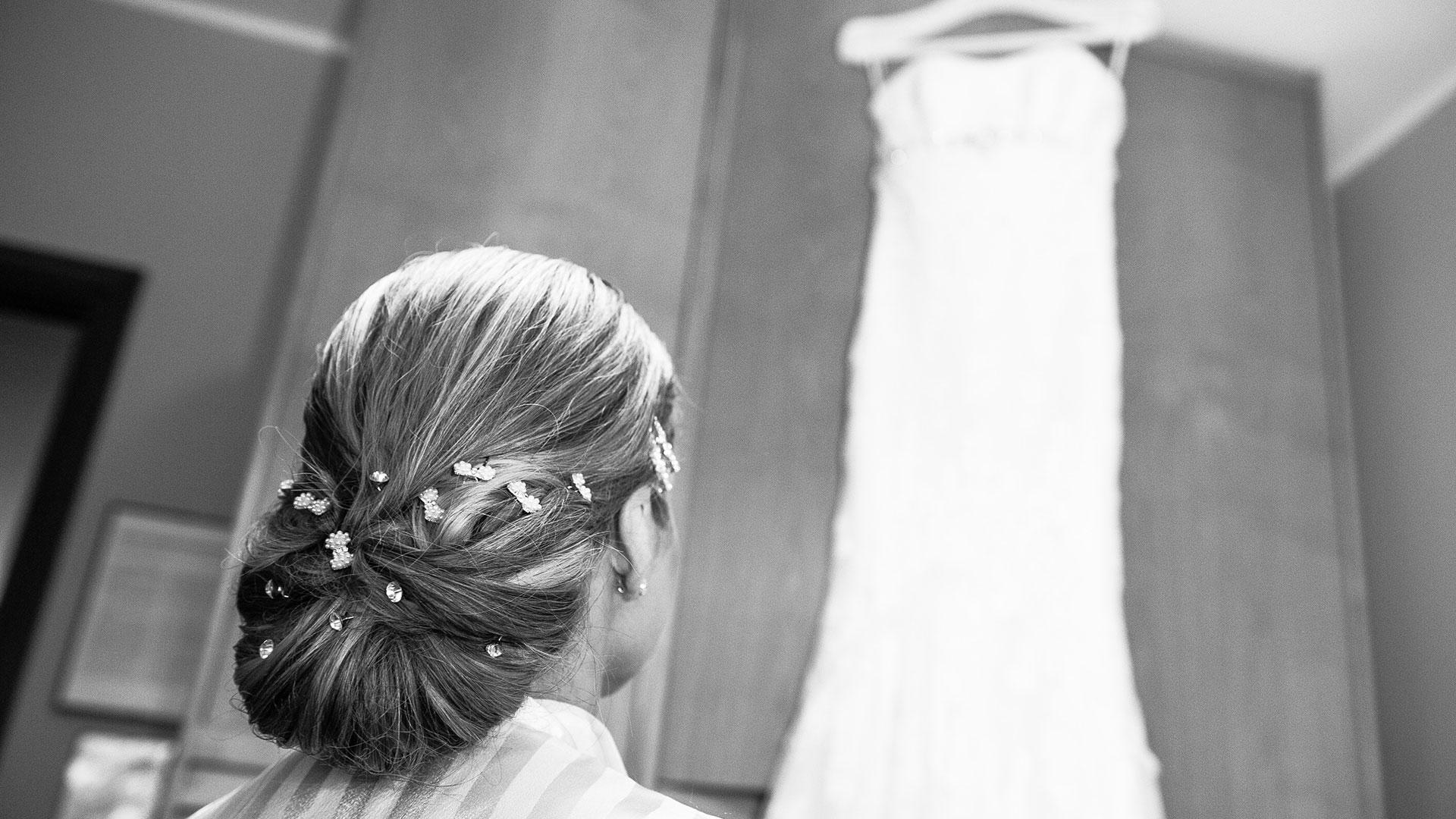 la-sposa-ammira-il-suo-abito-matrimonio-cantello-varese