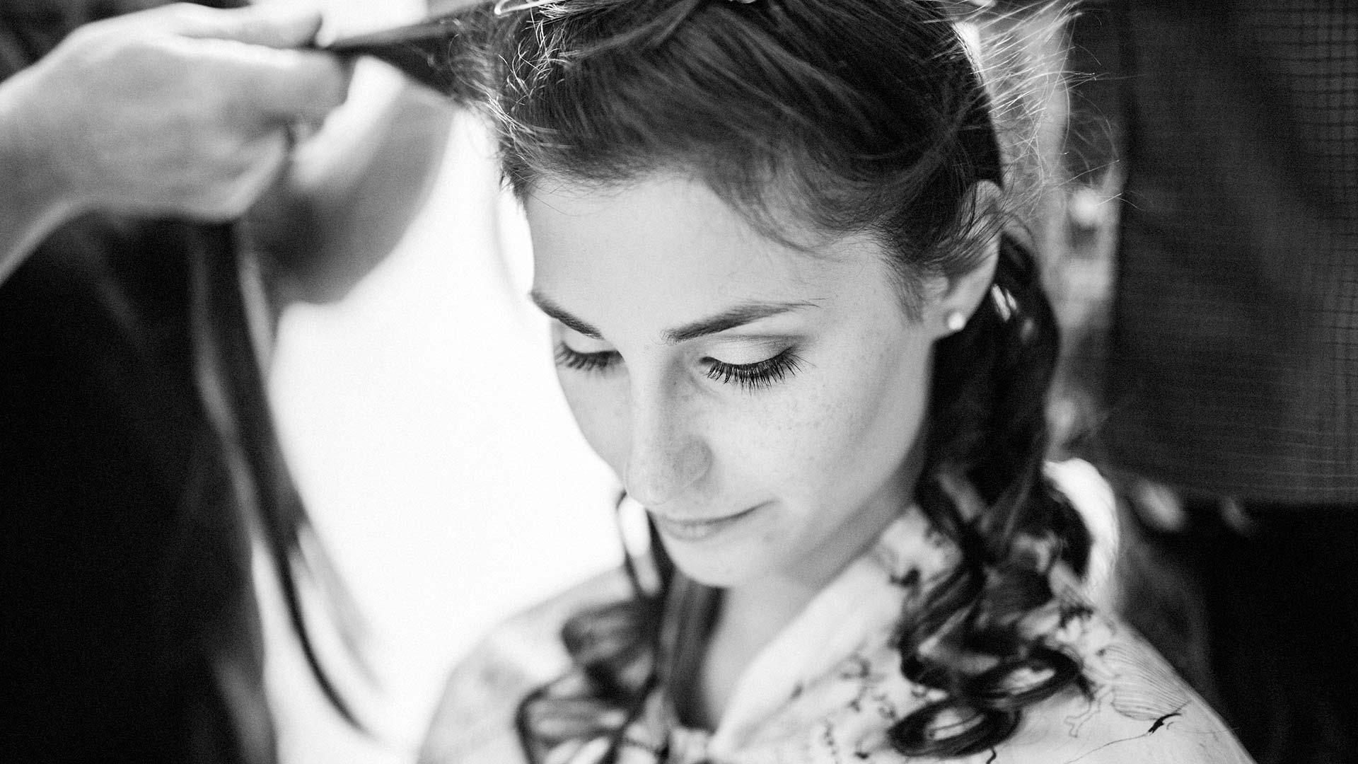La sposa mentre le vengono sistemati i capelli
