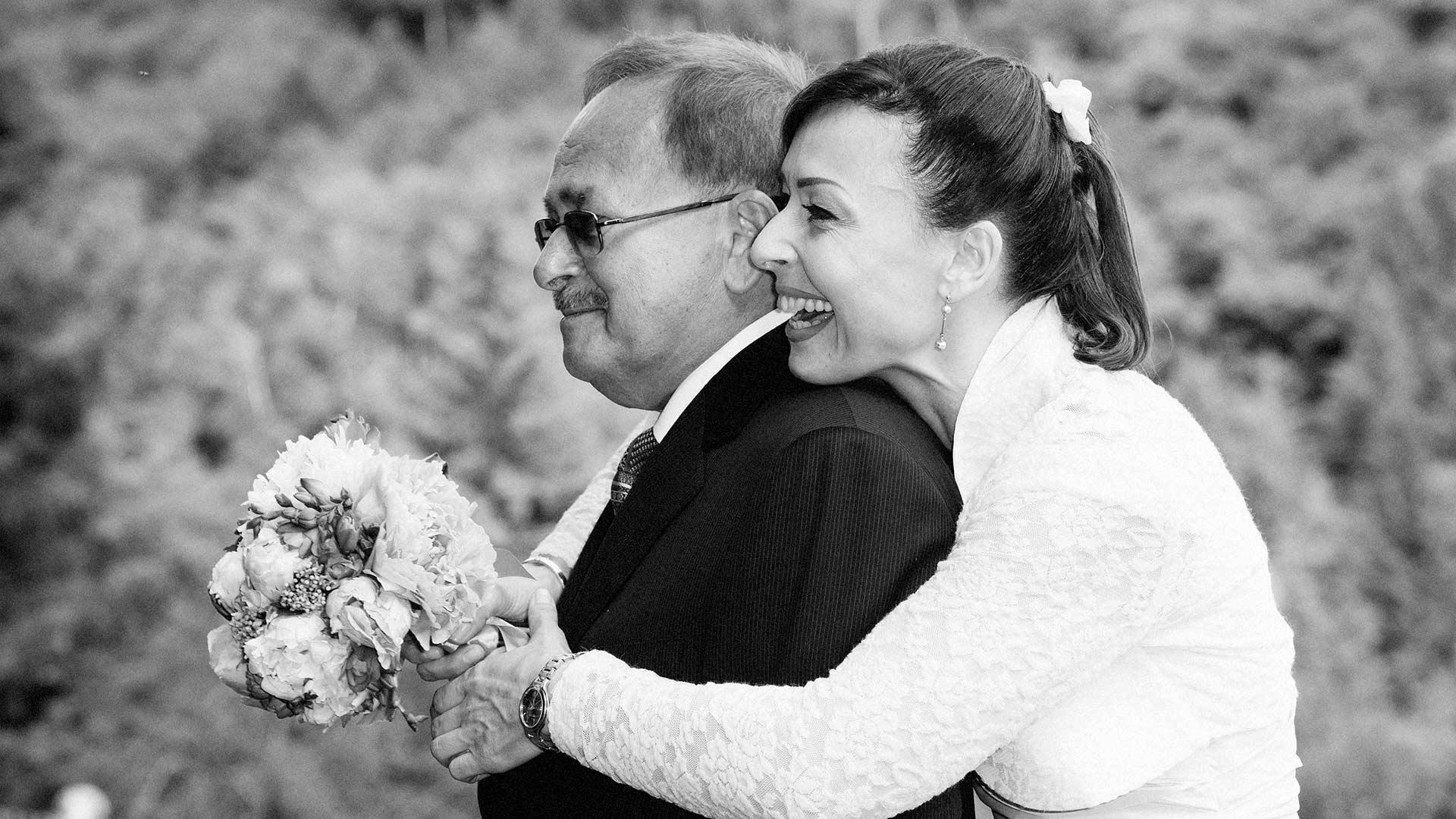 Abbraccio della sposa con il papà
