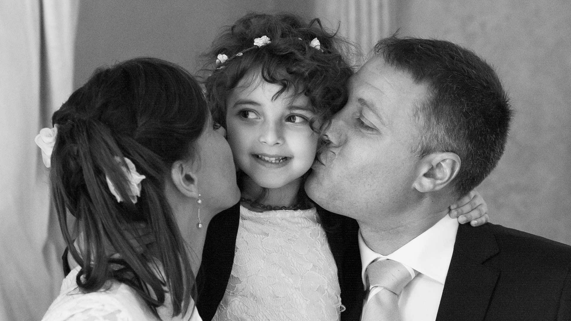 Bacio dei genitori alla figlia