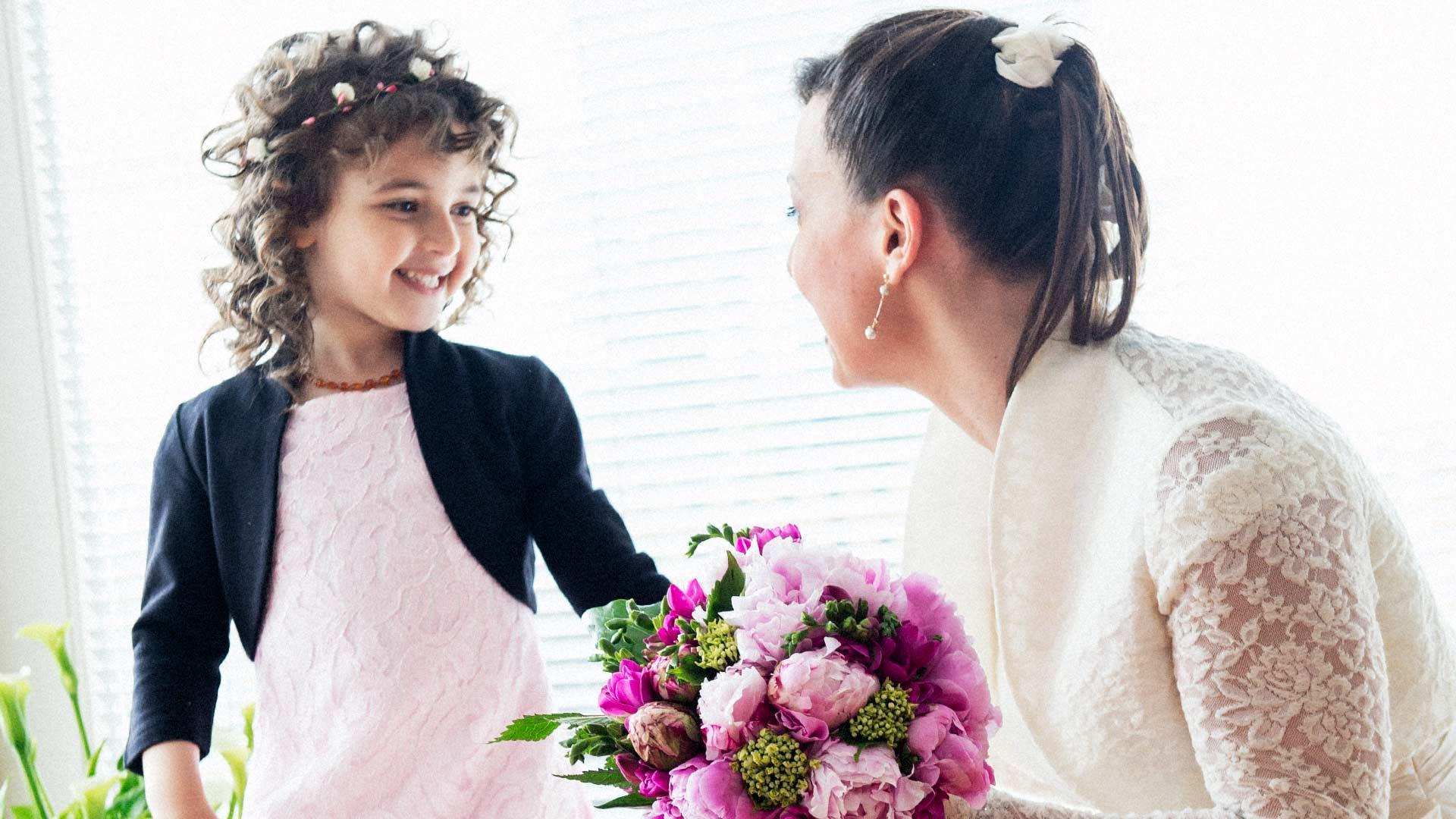 Sguardo della sposa alla sua bimba