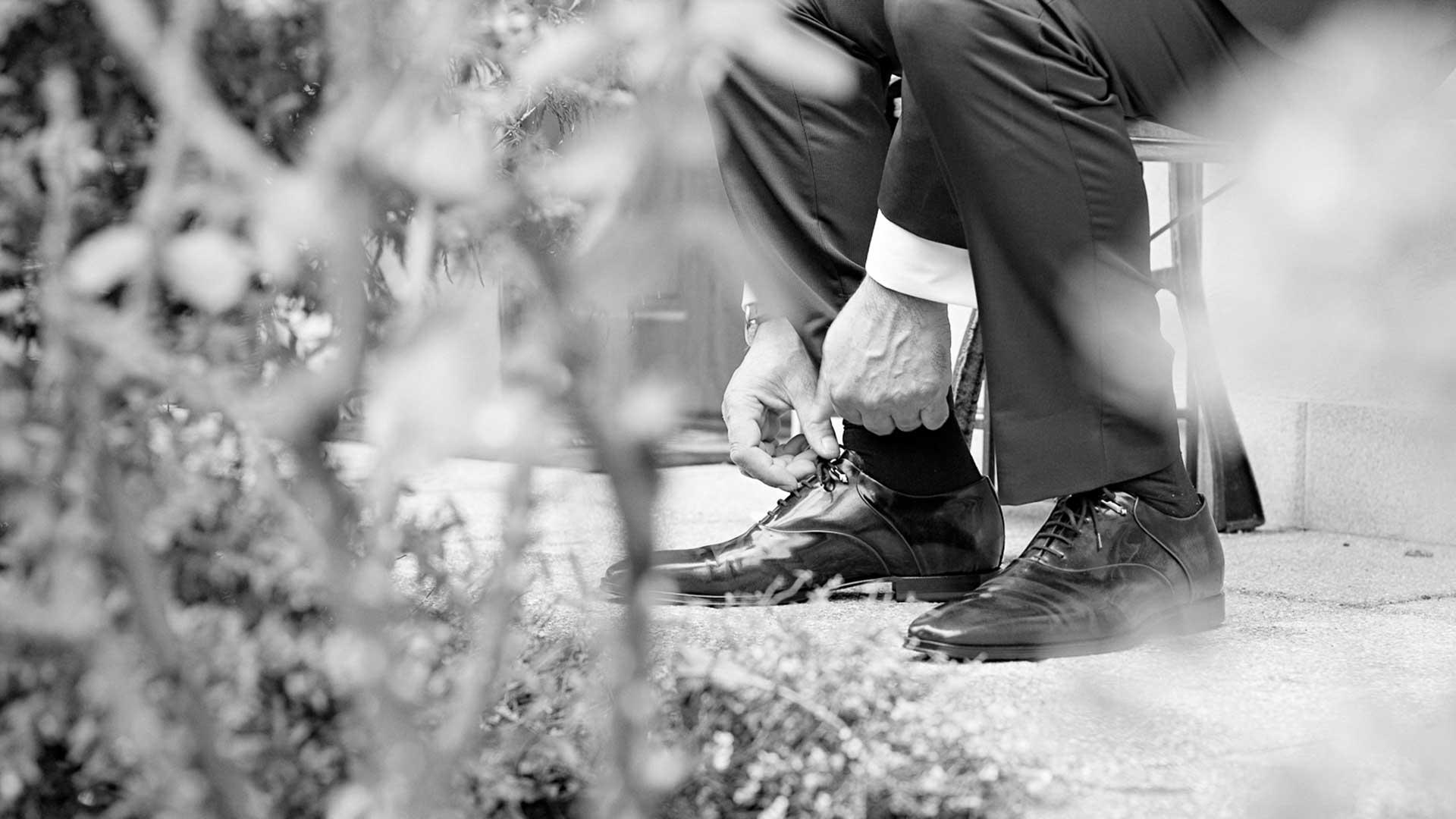 Lo sposo indossa le scarpe a casa a Viggiu, Varese