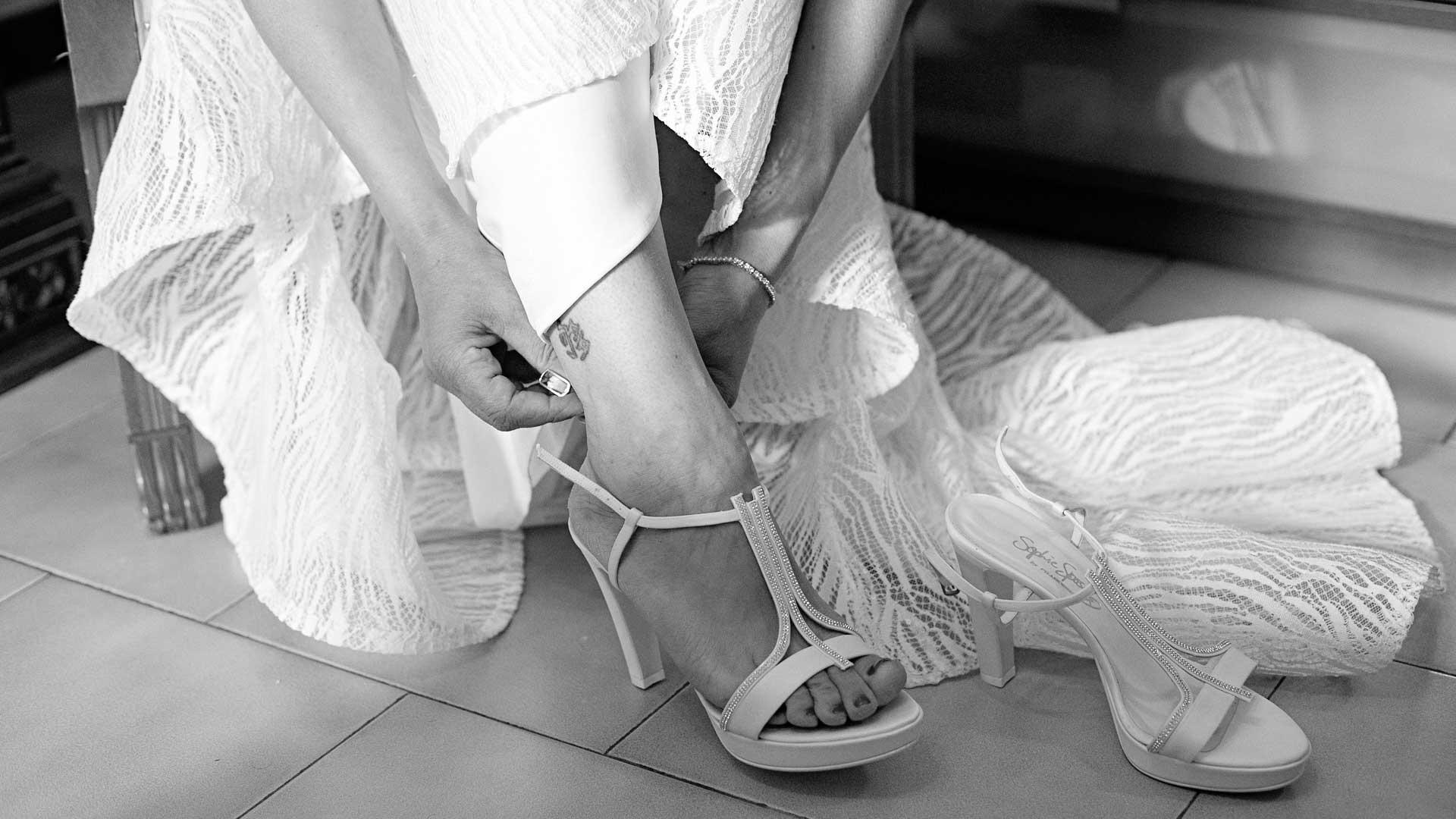 La sposa indossa le scarpe a casa a Gemonio, Varese