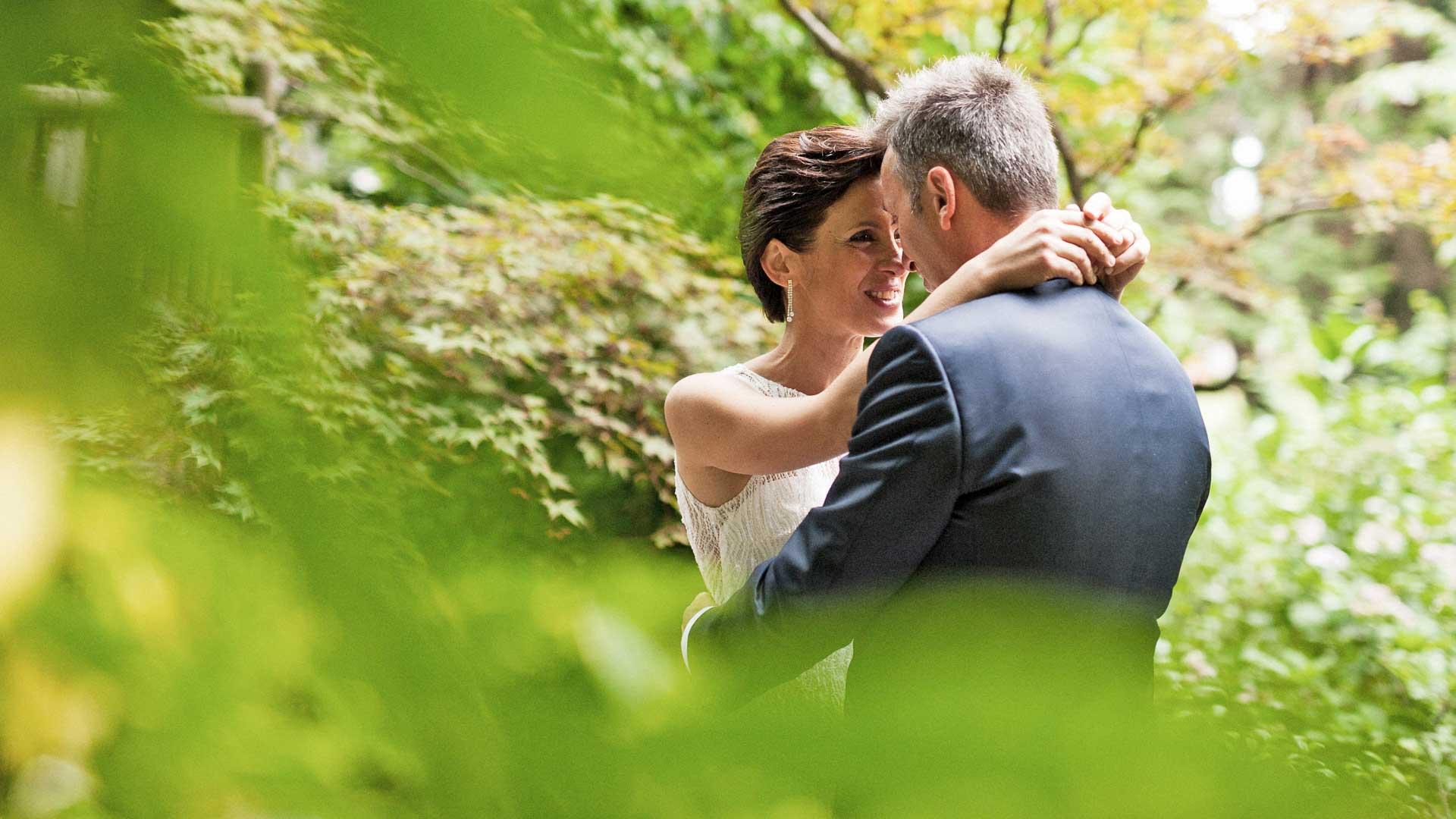 Gli sposi nel giardino di villa Paradeisos a Varese