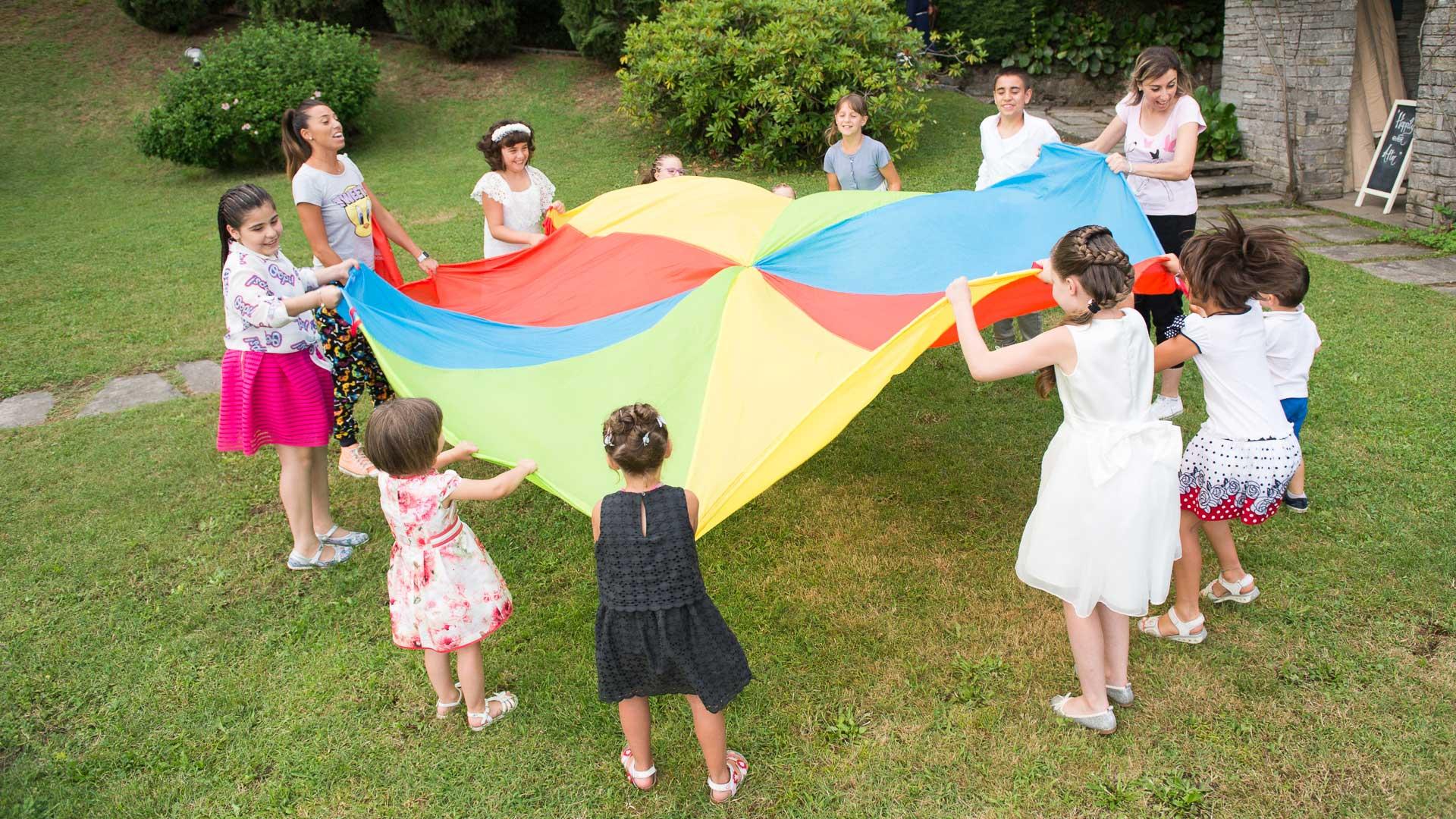 I bimbi si divertono nel giardino di villa Paradeisos durante il ricevimento di nozze