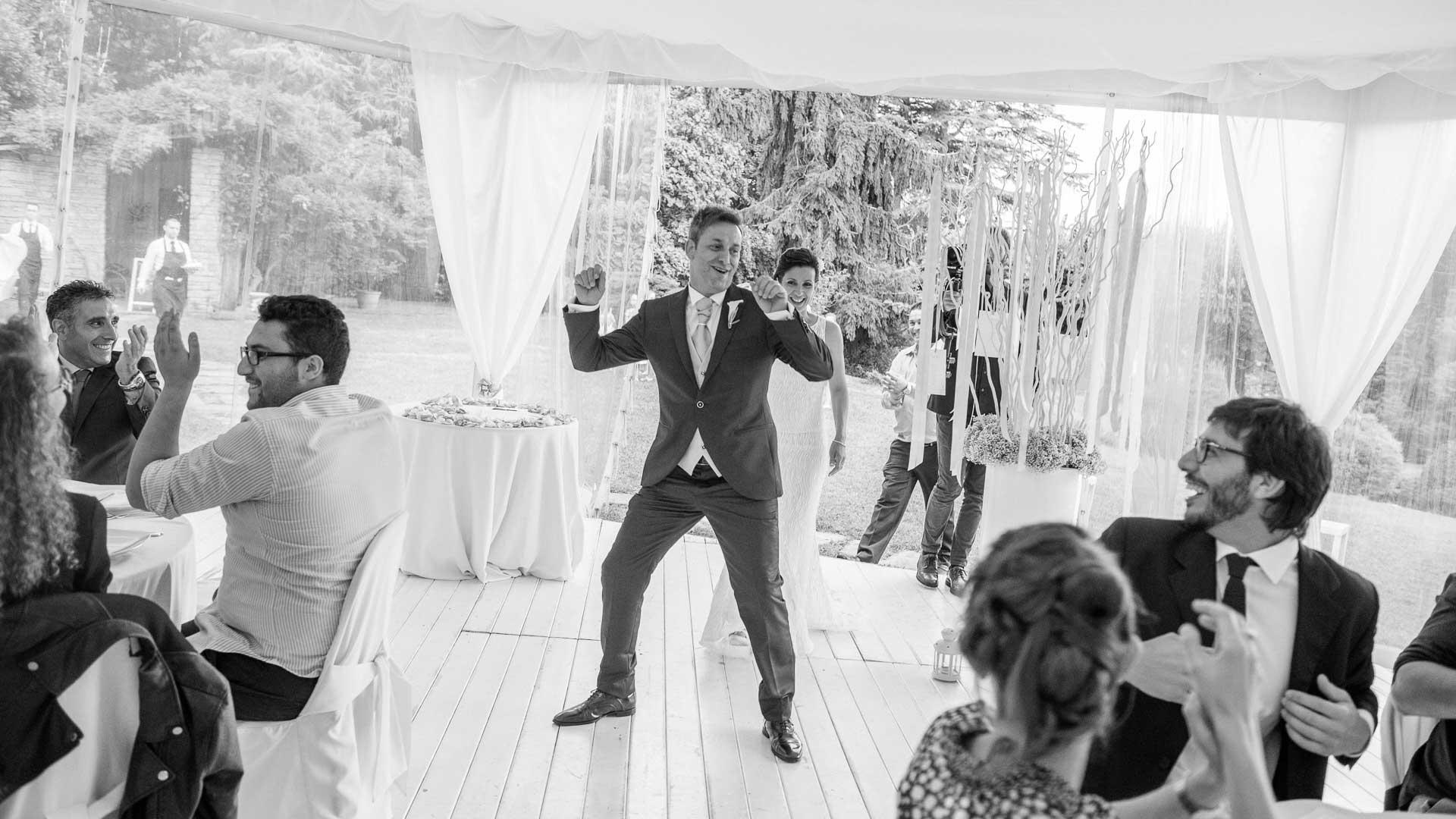 Lo sposo balla a villa Paradeisos durante il ricevimento di nozze