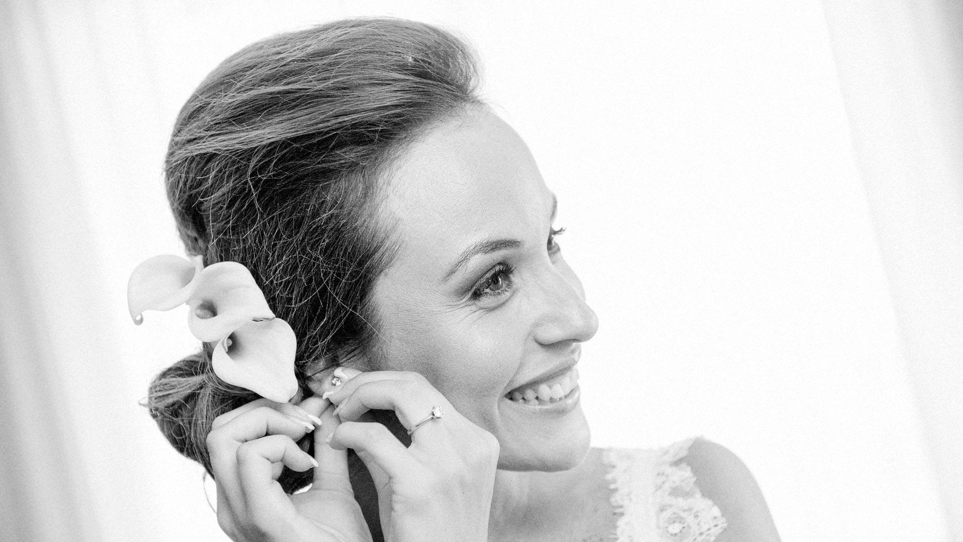 La sposa si mette gli orecchini