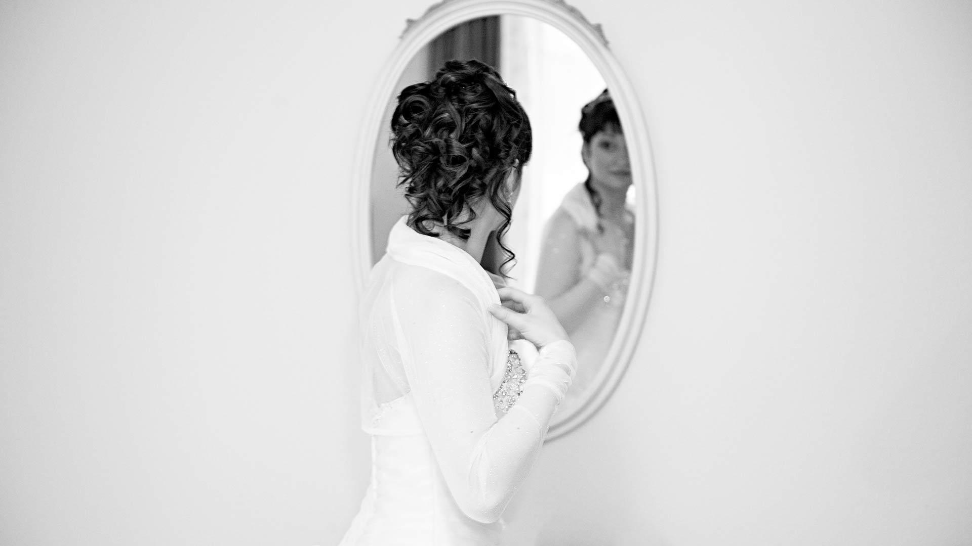 La sposa si prepara davanti allo specchio