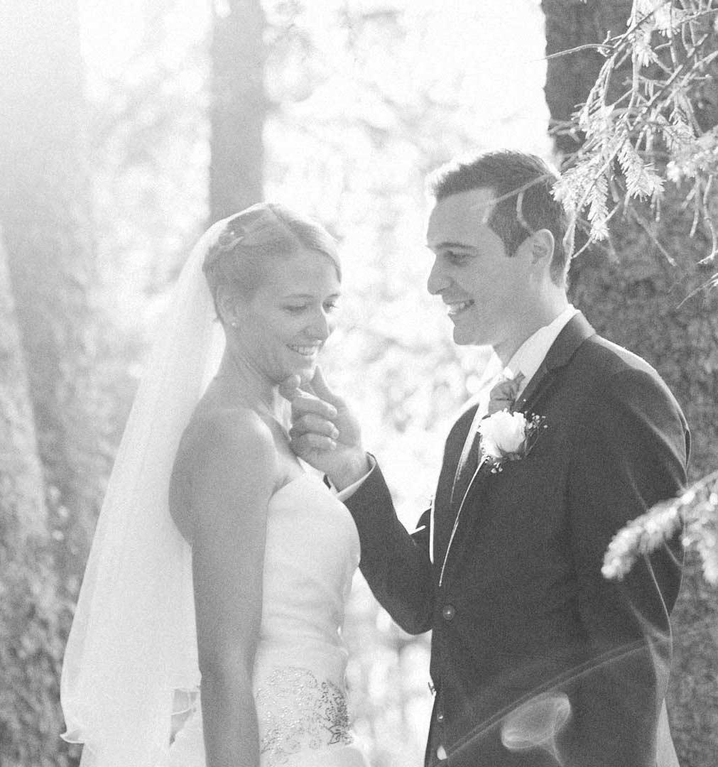 Momento di dolcezza tra gli sposi